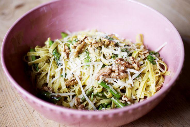 Tagliatelle med sparris, pesto, valnötter och parmesan | Elsa Billgren
