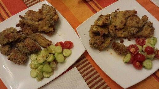 Costolette di agnello e carciofi impanati al forno con insalatina fresca di cetriolini, pomodorini, sedano e cipolla!