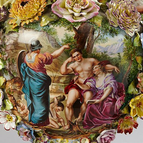 Prakturna Schierholz; RAKTURNA, med lock, porslin, 1900-talets första hälft, Schierholz, rik dekor av blommor, girlander med växter, två figuriner i form av kvinnor samt mytologisk scen, total höjd med sockel 58 cm