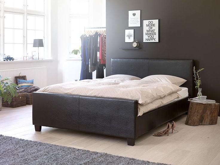 Un pat cu design masculin, din imitație de piele maro și lemn masiv de pin, va fi punctul central al dormitorului. #bedroom #homeinspiration #interiordesign | JYSK