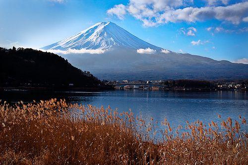 Monte Fuji - Japan by Miyuki Nagazawa Com 3.776 metros o Monte Fuji (em japonês 富士山 Fuji-san) ) é o ponto mais alto do Japão. próximo da costa do Pacífico da ilha de Honshu na fronteira entre as províncias de Shizuoka e de Yamanashi. Existem três pequenas cidades que envolvem o Fuji-san Gotemba a leste Fuji-Yoshida a norte e Fujinomiya a sudoeste.  Com seu cume coberto de neve e imerso em nuvens baixas o monte é originário de um vulcão inativo desde 1707. Suas encostas mais altas são…