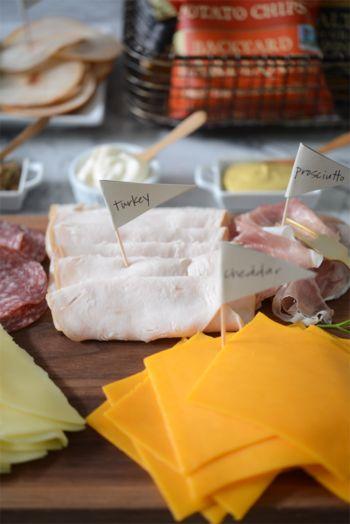 サンドイッチのメイン具材はやっぱりハムとチーズ。ターキーやポークなどいろいろな種類のハムを揃えたり。