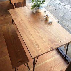 『特別企画1707』「Creema限定で8/7まで送料無料」北欧テイストでラスティックなダイニングテーブル。飴色の家具って心が落ち着き癒されますね。 素材にはカラマツの無垢材を使用、植物系天然塗料(リボス)と蜜蝋ワックスで仕上げた100%ピュアなテーブルです。*ラスティックとは「素朴な、田舎風の、粗削りな」という意味で、素材の味(節、元キズ)をそのまま活かした自然感あふれるテイストのこと。お色はナチュラルブラウン色天板の厚みは30ミリです。脚はつや消しブラック塗装サイズW150*D80*H71センチです。*脚の部分は組み立て式になっています。『受注製作の為2週間ほど納期が掛かりますのでご了承下さい』