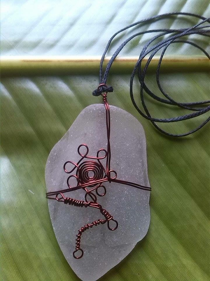 Running man (?) in red copper wire handmade from sea tumbled - Coca Cola Bottle circa 1940 All hand crafted and individually styled by ni Vanuatu women in business. Help support micro enterprise in Vanuatu – giving rural women a hand-up not a hand-out. Kindly supported by Lav Kokonas (NZ) #PangoPieces #PacificStyle #Vanuatu #Handcrafted #WomenInBusiness #CocaCola
