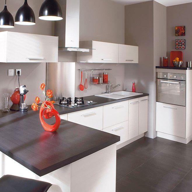 Cuisine blanche simple et chic ; les plus : le plan de travail brun, les touches déco rouge, les murs gris doré...