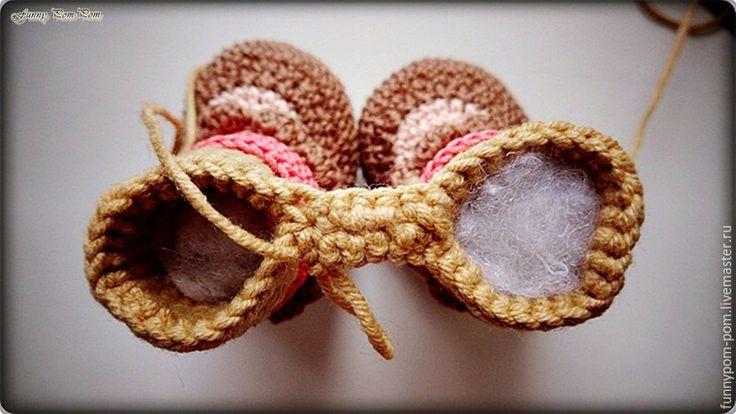 Для создания куколки вам понадобится: пряжа хлопок или полухлопок четырех цветов: коричневого, светло-розового, темно-розового, бежевого крючок № 1-1,5 шерсть для валяния (для прически) и толстая игла для валяния №36 фетр коричневый толщиной 1 мм атласные ленточки в тон пряже ажурная резинка для шляпки наполнитель сухая пастель (или матовые тени) Все детали вяжутся по спирали, если не указано иное. Башмачки.