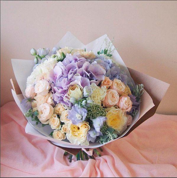 Стильный букет с гортензией, пионовидными розами, кустовыми розами и дельфиниумом