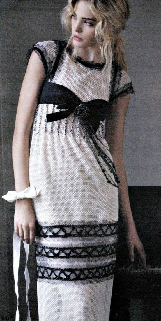 CHANEL - simple but chic...love the accents                                                                                                                                                      Plus