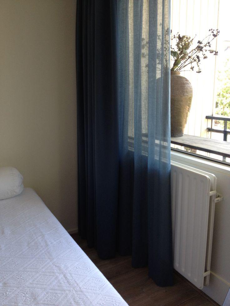 In-between linnen gordijnen ( linnenlook ) en verduisterende stof in dezelfde kleur petrol blauw.
