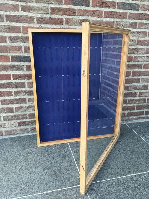 Online veilinghuis Catawiki: Vitrine kastje uit hout en glas -  blauw fluweel