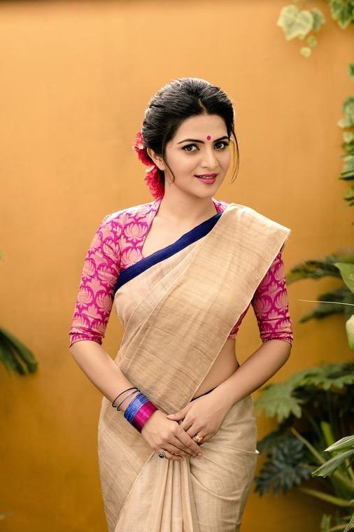 G Venket Ram's Latest Photo shoot Stills of Beautiful Dhivyadharshini (DD) for Manjal Studio !! | Dhivyadharshini: WoodsDeck