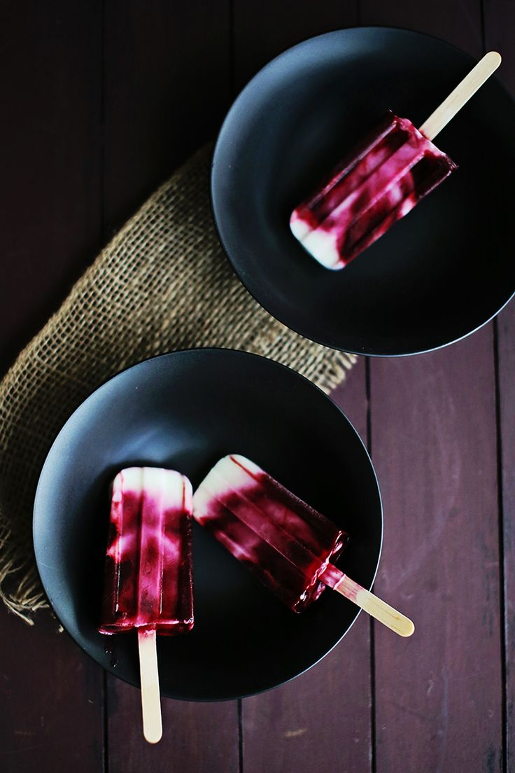 Blackberry Swirl Frozen Yogurt Pops- These popsicles are a swirl of tart, tangy-sweet yogurt (I use low-fat greek yogurt) and fresh raspberry puree, with a squeeze of lime. They take about 5 minutes to make, and they are SO YUMMY & healthy.