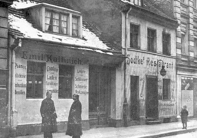 Die Mulackritze, auch kurz Ritze genannt, war in den 1920er Jahren eine Gaststätte in der Mulackstraße 15 im ehemaligen Berliner Scheunenviertel. 1951 wurde die Mulackritze geschlossen und 1963 abgerissen. Charlotte von Mahlsdorf rettete die Inneneinrichtung vollständig, transportierte die Möbel mit einem Handwagen von Mitte nach Mahlsdorf und baute sie im Souterrain des Gründerzeitmuseums wieder auf. Anstelle des alten Gebäudes wurde in der Mulackstraße Mitte ein Neubau errichtet.