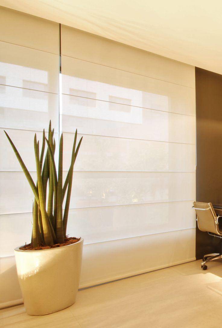 Una persiana romana en color blanco, al mismo que tiempo que te brinda privacidad , permite la entrada de luz a tu hogar http://www.todocortinasyestores.com