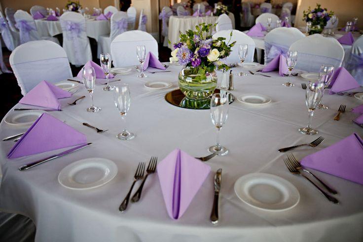Paarse tafeldecoratie voor dinertafels bruiloft paars for Tafeldecoratie bruiloft