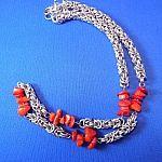 chainmaille ketting met rode koraal kraaltjes