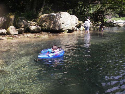 """近頃の日本の夏は暑い。真夏日に海やプールへ行ってイモ洗い状態の人混みと照りつける太陽に全く涼しめなかったなんて経験ありませんか。暑い日こそ、涼を求めて川遊びがおススメ。那須塩原市にある木の俣川(きのまたがわ)は、木陰で透明度抜群な川で遊べる絶好の""""涼""""スポットです。連日最高気温を更新する灼熱の日本列島。子連れファミリーも安心して遊べる透明度抜群の川へ出かけませんか。"""