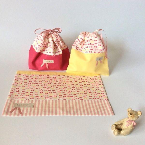 *オーダーを頂きました作品のご紹介♪リボンのランチ3点セット(白)・ランチョンマットのサイズ変更縦25センチ、横36センチ女の子の大好きなリボンがいっぱいの生地でガーリーなランチョンマットとお弁当袋、巾着袋の3点セットを作りました。●カラー:白、ピンク、黄色●サイズ:お弁当袋縦15cm、横26cm、マチ10cm、巾着袋縦15cm、横17cm、マチ7cm、ランチョンマット縦22cm、横30cm●素材:綿100%オックス地、内布シーチング、サテンリボン、コードストッパー●注意事項:ひとつひとつ丁寧に制作しておりますが、ハンドメイド品にてそれぞれに若干の個体差があります。何卒ご了承くださいませ。・お洗濯はネットに入れて、最初のうちは色落ちする場合がありますので、単体洗いをおすすめします。尚、乾燥機は避けてください。色移りや型崩れの原因になりますので、濡れたまま放置せず、すぐに干して乾燥させてください。●作家名:ルナ#入園入学グッズ #手作り #ハンドメイド #オーダーメイド #レッスンバッグ #シューズケース #お弁当袋 #おしゃれ #可愛い #通園通学 #上靴袋 #ランチョンマット…