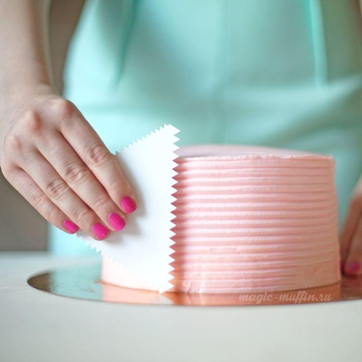 С помощью кондитерского шпателя Вы сможете нанести и выравнять крем на торте, придав ему текстуру.  Используйте этот скребок для придания рельефа крему, глазури, шоколаду, бисквиту перед выпеканием и не только. Он точно станет незаменимым помощником на Вашей кухне!     Длина грани 11 см   Материал пластмасса