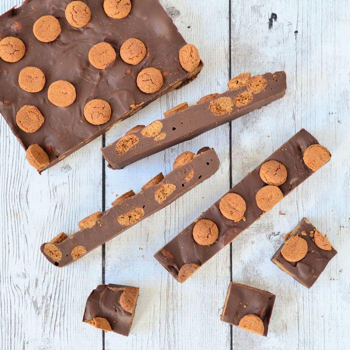 Een snel en makkelijk recept voor Sinterklaas: kruidnoten fudge. Met dit eenvoudige recept maak je ruim 40 stukjes fudge, lekker hoor!