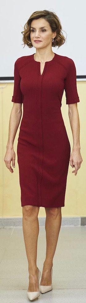 La Reina Letizia asistió a la inauguración luciendo un vestido color burdeos o marsala, de media manga y largo por las rodillas (2.527€). Doña Letizia lo combinó con unos salones beige y su corta melena rizada. En cuanto a joyas, únicamente unos pendientes colgantes con una piedra del mismo color que el traje. Cáceres, 01.10.2015