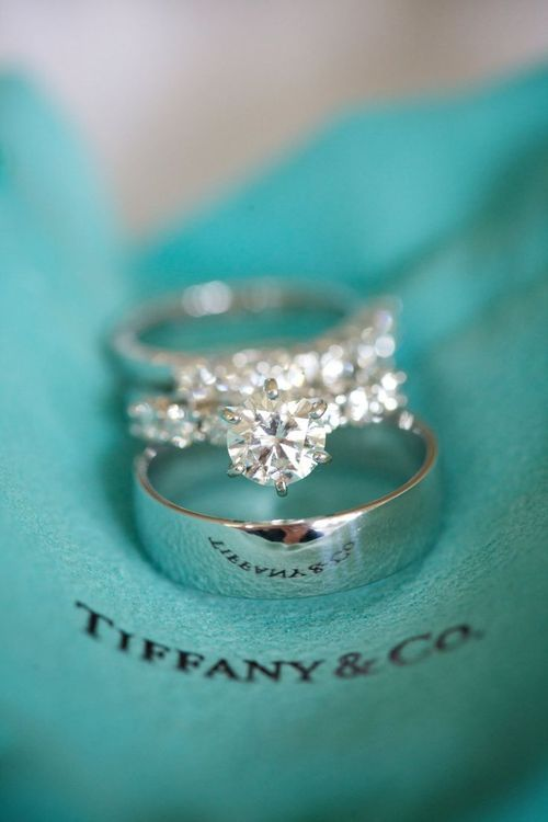 im in the mood to look at engagement rings for some odd reason.. ooo pretty :)