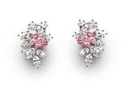 Harry Winston,.Paire de boucles d'oreille en grappe ornée de 12 diamants roses ronds et de 16 diamants blancs taillés en poire et en marquise..Photo Kohn