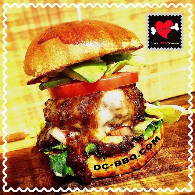 うちのオススメっ٩( 'ω' )و‼️ ベジタブルバーガーだァァァアっっ‼️‼️ 肉汁たっぷりの🍖2種×🥑×🍅×🥗で 大大大大満足のボリュームっっっ‼️ カロリー?何ソレ(o_o)? 美味しいものは脂肪と糖でできているんだぁぁあぁぁぁあぁあ‼️‼️ ・ ・ ・ #minamiazabu #azabujuban #japan #foodie #meet #beer #american #南麻布 #麻布十番 #レストラン #お肉 #肉 #BBQ #肉スタグラム  #ジューシー  #フォロー #ビール #ワイン #アメリカン#ブルームーン #スーパードライ #飯テロ #ランチ #焼肉 #ハンバーガー #スタミナ #肉厚 #昼ごはん #アボカド