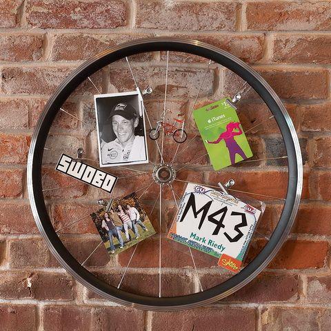 tinédzser fiú szobába küllődekor biciklikerék dekoráció