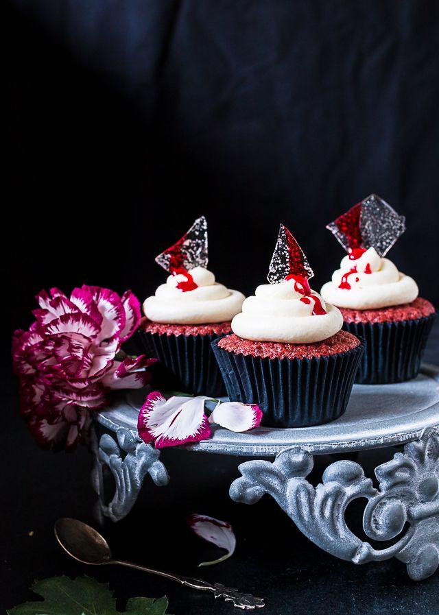 Red Velvet Halloween -kuppikakut ja sokerilasista tehdyt koristeet // Red Velvet Halloween Cupcakes and Sugar glass decorations Food & Style Emma Iivanainen Painted By Cakes Photo Emma Iivanainen www.maku.fi