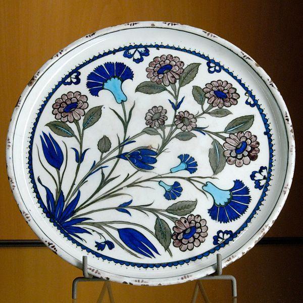 Salver with flower blossoms. Composite body with underglaze engobe decoration, Iznik, Ottoman Turkey, second half of the 16th century.Museum of Fine Arts of Lyon
