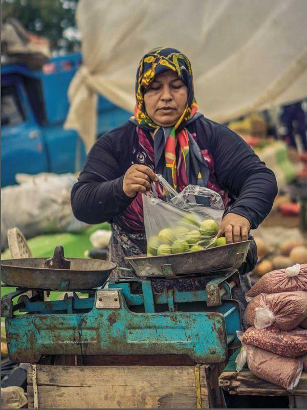 A gorgeous, local food outdoor bazaar in Royan, Iran. #iranbazaar #iranbazar #persianmarket #jewelsofpersia #persiancookbook www.jewelsofpersia.com.au