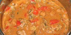 God og gedigen gryderet med både svinemørbrad, pølser og grøntsager i vidunderlig paprikasovs.
