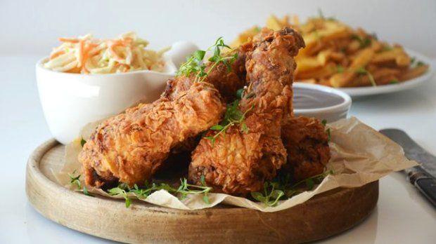 Jestli je nějaké jídlo, které se Američanům povedlo, je to tohle pikantní smažené kuře v křupavém těstíčku doplněné salátem ze zelí a mrkve Coleslaw. Ideální menu třeba na piknik.