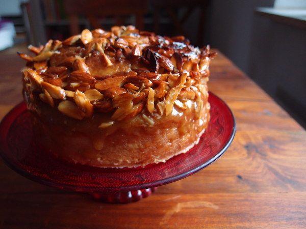 Toscakage er en saftig lys kage toppet med nødde- og karamelmasse. Den er let at lave og mætter ganske godt, så den er let at lave til mange mennesker.