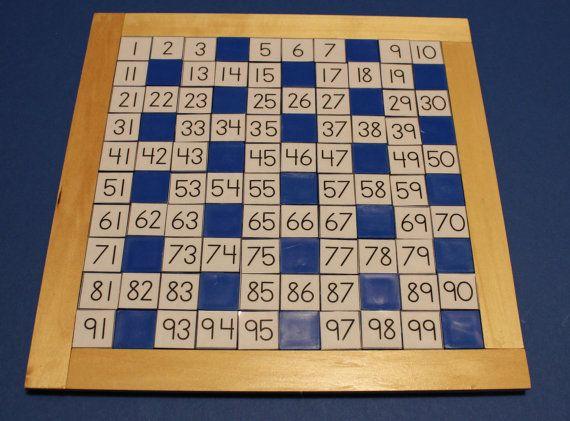 A MUST have! Het honderd board van Montessori voor het visueel maken van de 100 getallen, de volgorde en het laten raden van willekeurig ontbrekende getallen.