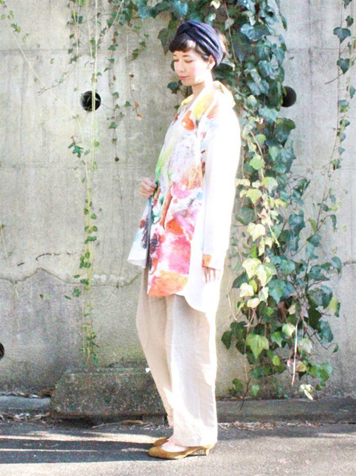 心まで暖まるような色鮮やかなデザインは、絵本作家『ブライアン ワイルドスミス 』による作品。ゆったりサイズのシャツワンピースをさらにゆるく羽織って、リラックスしたスタイルに。