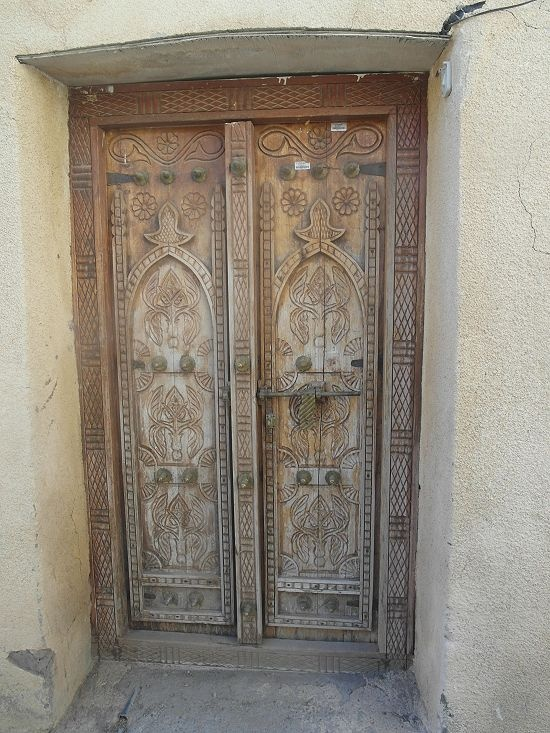 When I was travelling in Oman in 2011 I got fascinated by the beautyful wooden entrance doors which are still used and produced in Oman. It seems by entering a house through one of the doors that another world begins behind them.