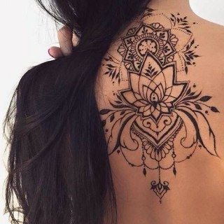 Tatouage au haut du dos fait au henné