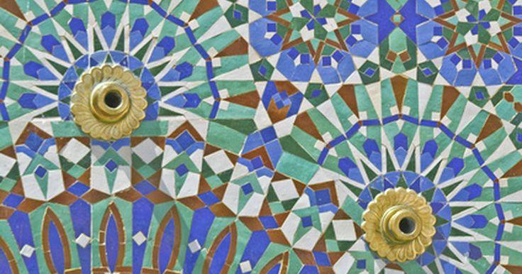 Como colocar uma borda em uma mesa com mosaico. Mesas com mosaico dão um senso de individualidade e criatividade a qualquer ambiente. Os padrões únicos são criados encaixando pequenos ladrilhos, pedaços de vidro, pedras, metais ou até miçangas em padrão predeterminado. O material do mosaico é aplicado sobre a superfície da mesa. Adicione bordas à mesa para prevenir danos. As bordas podem ser ...