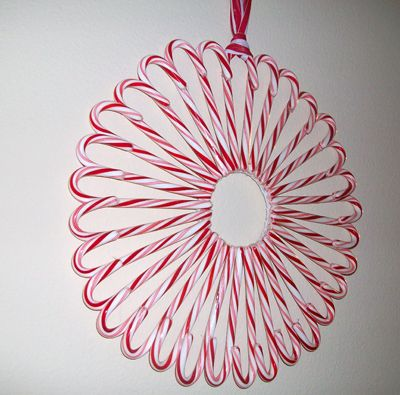 Candy Cane Wreath  << would be great and easy for my front door this year.