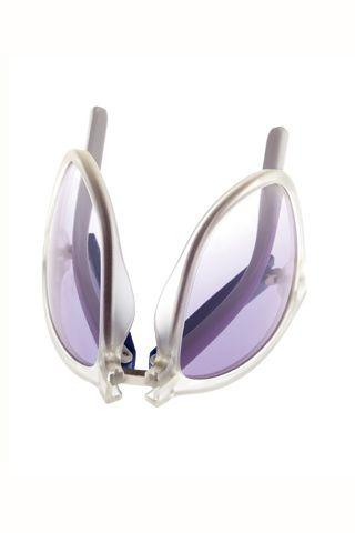 Del retro al futurismo en 25 gafas de sol. Con cristal degradado y montura transparente de Tommy Hilgifer (149 €).