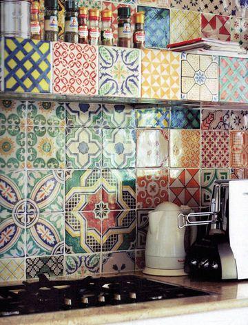 Osez les mélanges de carreaux sur le sol et les murs. Donnez une vie à votre cuisine