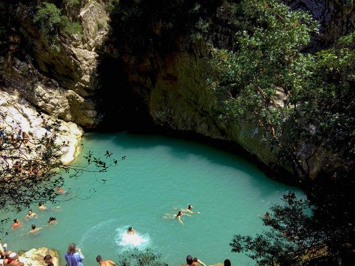 Η Ελλάδα διαθέτει πανέμορφα μέρη και αυτό που συναντάει κανείς όταν φτάνει στο Πολυλίμνιο, στη Μεσσηνία, το επιβεβαιώνει με τον καλύτερο τρόπο.