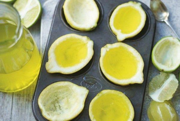 Lemoncello jello shots - 135 gram citroen jelly pudding, 350 ml kokend water opgieten - 7 blaadjesgelatineblaadjes, koud water opgieten en 6min laten trekken - citroenen halveren en vlees en sap uitscheppen - gelatine uitpersen en aan gelly toevoegen, roeren - 200ml limoncello toevoegen en citroenen vullen met mengsel - 15 min in diepvries, daarna in halft snijden en opdienen kan ook met aardbeien gelei en passievruchtzaadjes