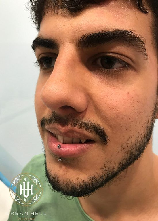 Piercing labret con pieza de biometal #Piercing #PiercingLabio #PiercingLabret #Labret #Biometal #PiercingLip #PerforacionLabio