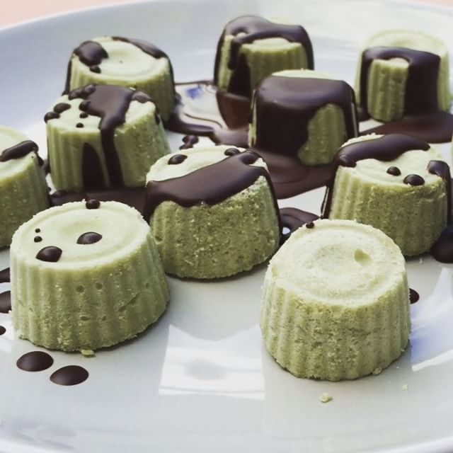 Mmmmm....who wants for dessert? #mint & #matcha ice bites covered with #chocolate sauce made from our #aftermidnightdark blend and coconut oil. Yes - dessert can be healthy AND delicious. Yay for #sugarfree #guiltfree treats!  Want to find out more about our #superfood rich chocolate powder & how it's 5 natural ingredients benefit your health whilst you treat yourself to chocolatey goodness? Click the link in our bio.