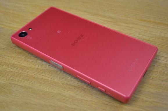 Nowością względem Z3 Compact są krawędzie boczne pokryte poliwęglanem. Świetnym rozwiązaniem było zastosowanie szkła, które jest matowe (nie palcuje się). Sony Xperia Z5 Compact ma niewiele mniejszy wyświetlacz od iPhone'a…