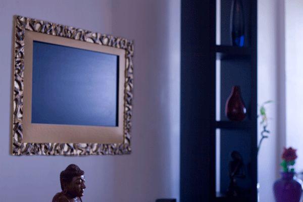 Installation d'un Cadre TV Form-X Or Ancien sur un écran Samsung de 32″ dans un appartement à la décoration d'intérieur à l'atmosphère baroque moderne et zen. C'est un Cadre Ecran TV élégant et originale.