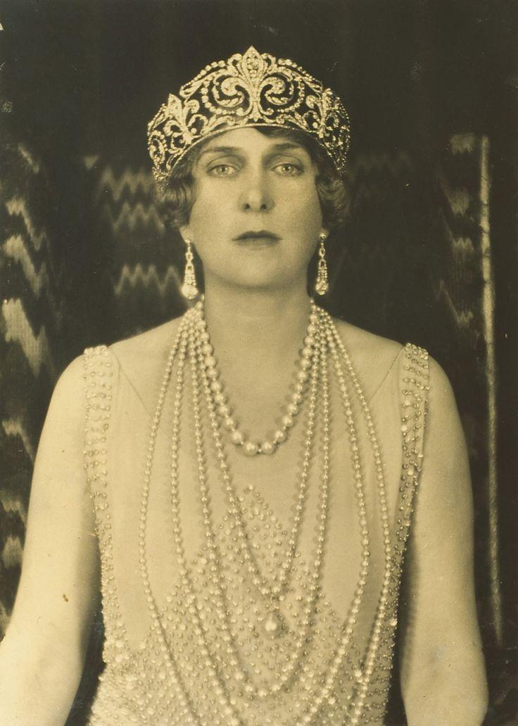 Un regalo de Alfonso XIII a su prometida, la Princesa Victoria Eugenia de Battemberg, quien la luciría el día de su boda, el 31 de mayo de 1906. Fabricada en platino con incontables diamantes engastados sobre mil granos, la diadema de excepcional valor presenta flores de lis, emblema heráldico de los Borbones, unidas por roleos y hojas vegetales de diamantes y ondas decrecientes. Es tan especial que sólo deben llevarla las reinas.